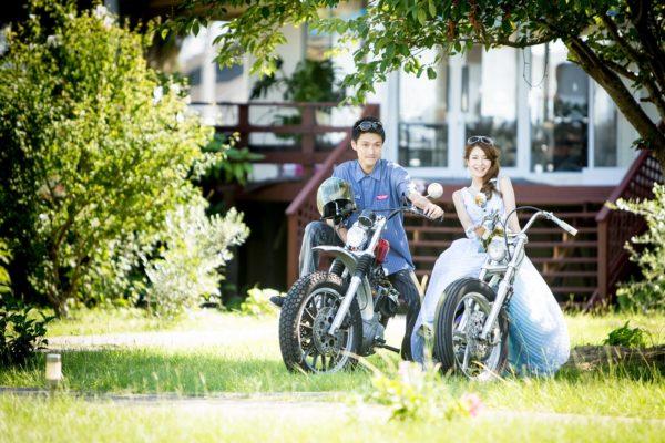 バイクまたがる二人
